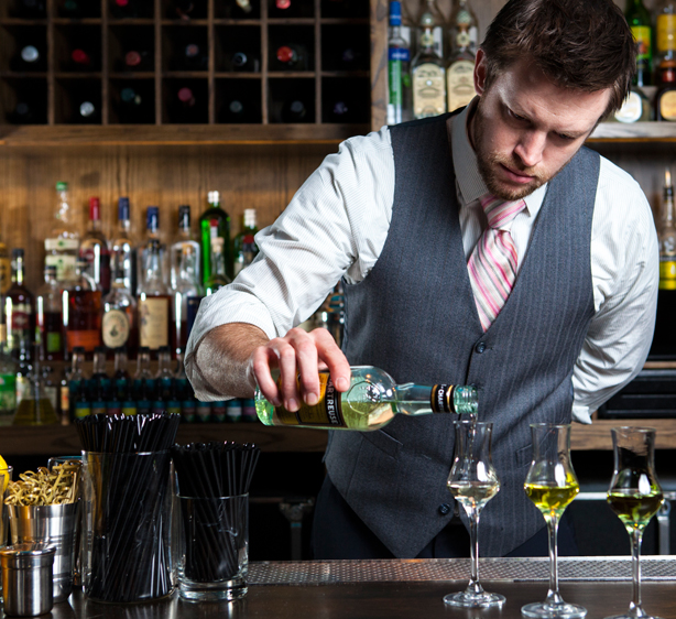 В престижных барах очень строгие требования к поведению барменов и аксессуарам, с которыми они работают