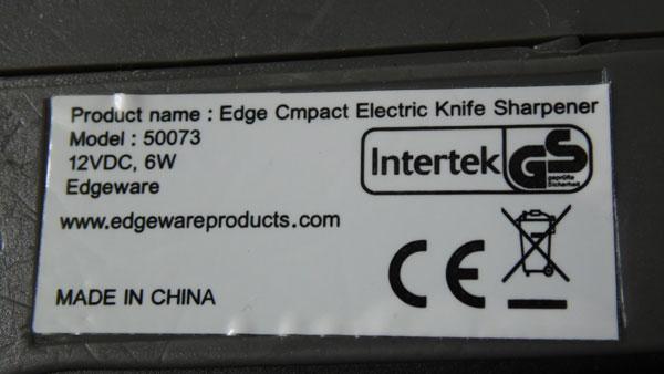 На стикере указано наименование, модель, веб-сайт производителя и информация о том, что точилка произведена в Китае