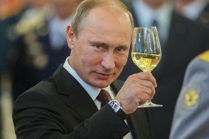 Путин демонстрирует как правильно держать бокал
