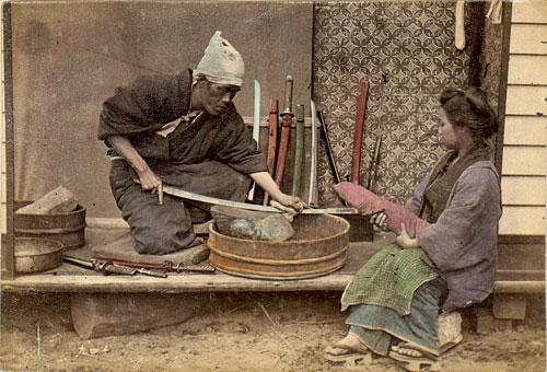 Лучшие мастера оружейного дела Японии перенесли свои умения на изготовление кухонных ножей из дамасской стали