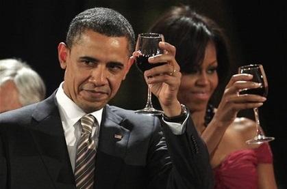 Обама неправильно держит бокал вина
